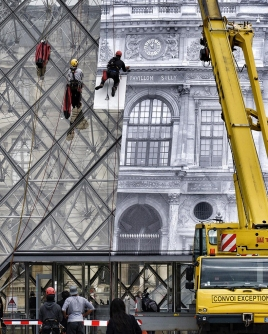 JR-louvre-museum-installation-paris-designboom-04 - עותק