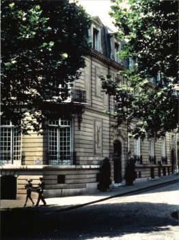 D-Façade-du-5-avenue-Marceau-Paris-©-Sacha-262x350