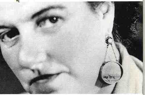 פגי גונהיים עונדת עגיל עם ציור מינאטורה עי איב טנגי, 1949, א.פ